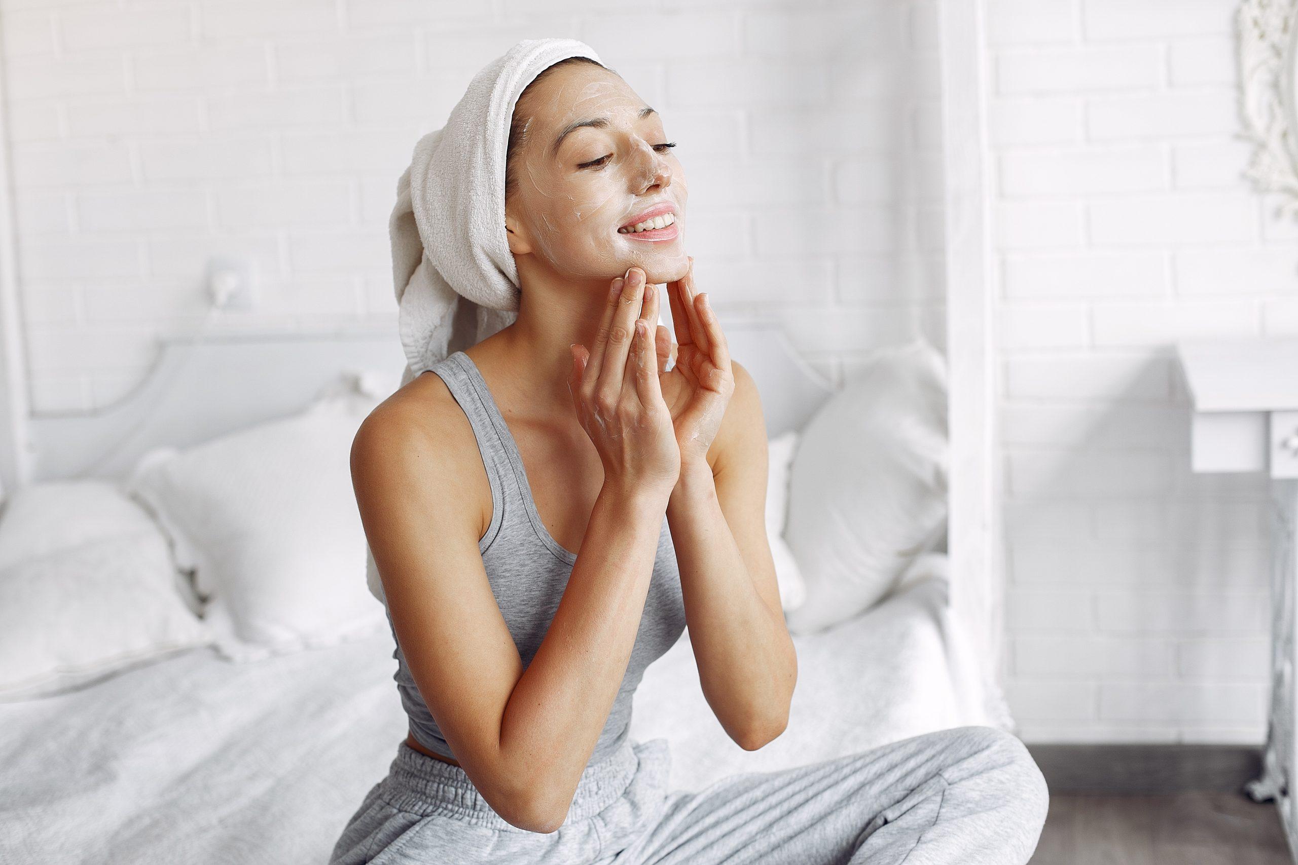 La mejor rutina para cuidar tu piel durante el día después de los 40 años