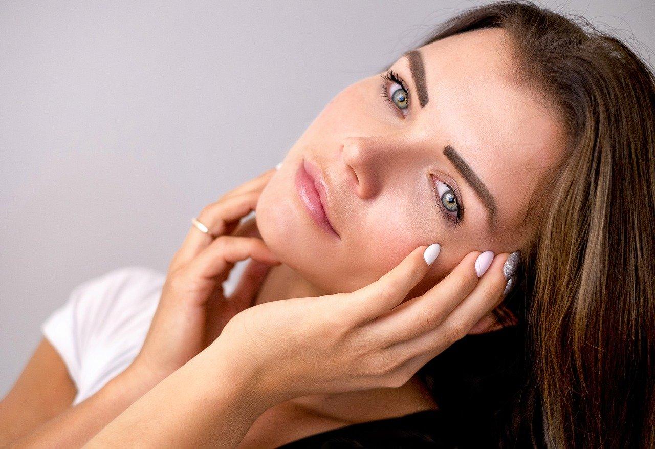Aplicación de esta sustancia en el contorno de los ojos