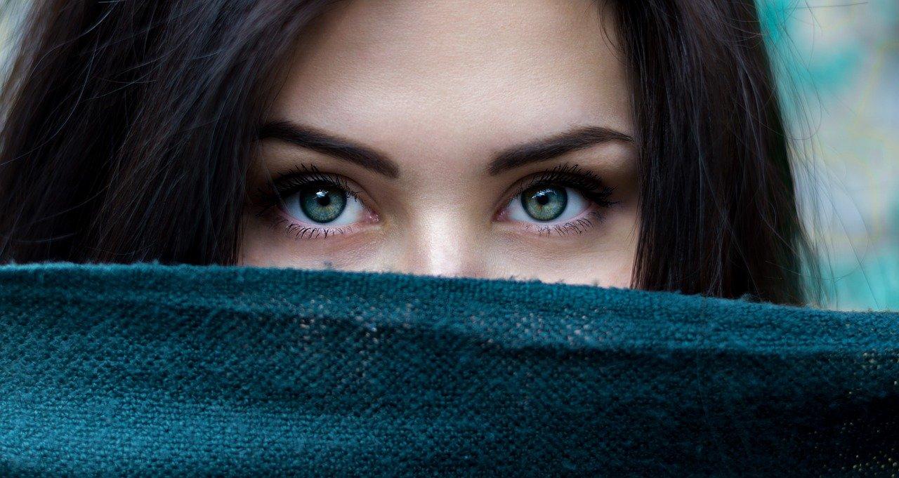 Enfoca la atención en otras zonas de tu cara, un truco que nunca falla