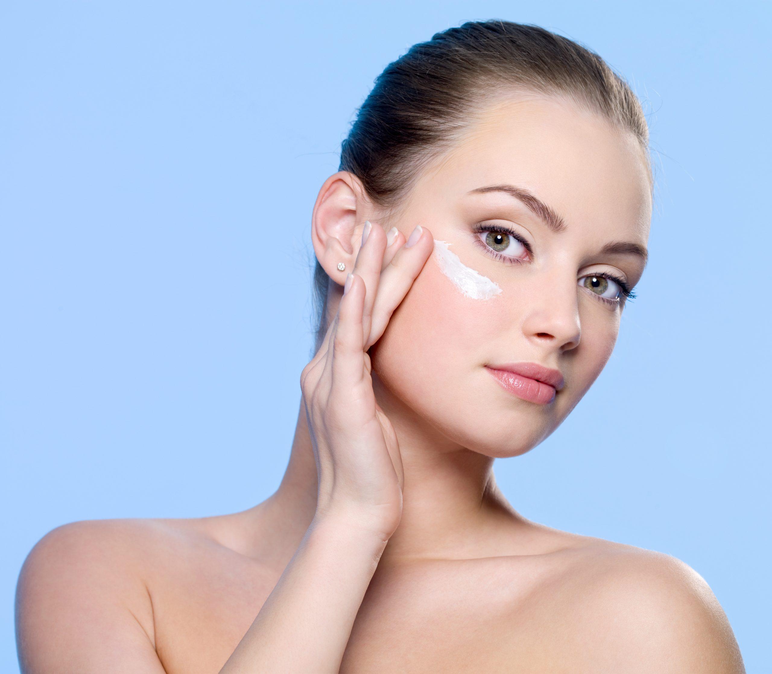Solucionar problemas en el contorno de ojos con cremas y sérum especiales para el área